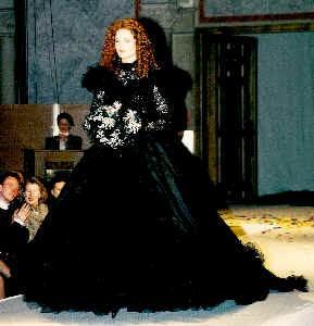 Brautkleid aus schwarzer Spitze mit voluminösen Taftrock.